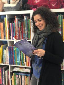Laura leyendo a autores de la AEN