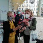 Dory firmando ejemplares en la Feria del Libro de Bilbao 2020